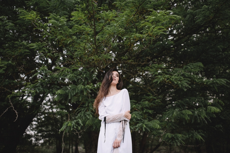 Foto artistica de novia en el bosque